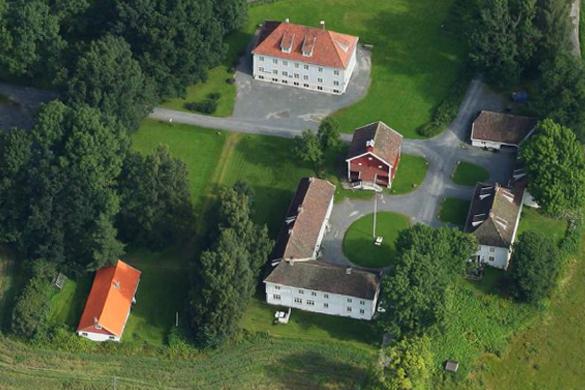 Dronebilde av Wøyen gård og Vinkelgården kurs & konferanse.