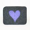 Bildet viser en tovet sittepute i ull i mørkegrått med lilla hjertemotiv.
