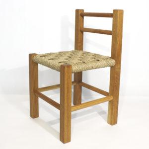 Bildet viser barnestol i eik.