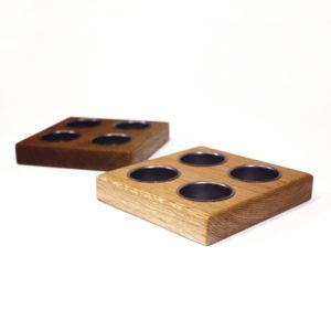 Bildet viser en kvadratisk 4-punkts telysholdere i eik.