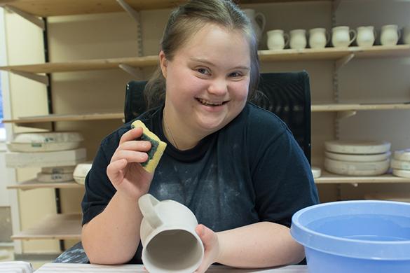 Arbeidstaker på keramikkverkstedet