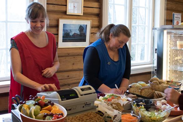 Servering av dagens lunsj på internkantinen på Wøyen.